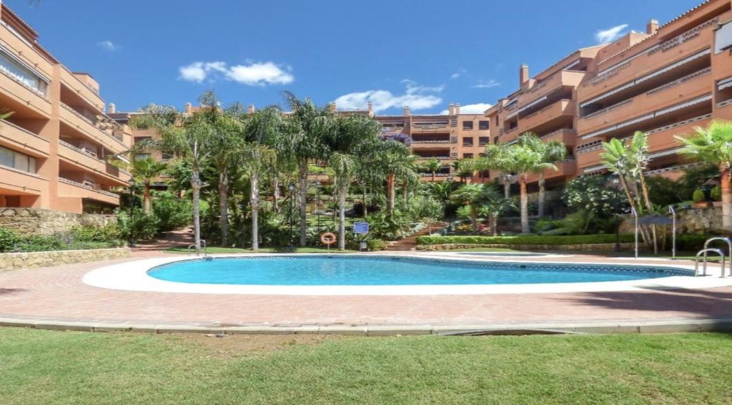 """AP192 """"EXCELENTE OPORTUNIDAD"""" Piso de un dormitorio en Residencial con amplias zonas verdes, y varias piscinas, en plena Milla de Oro, a 5 minutos de la playa y del Centro de Marbella."""