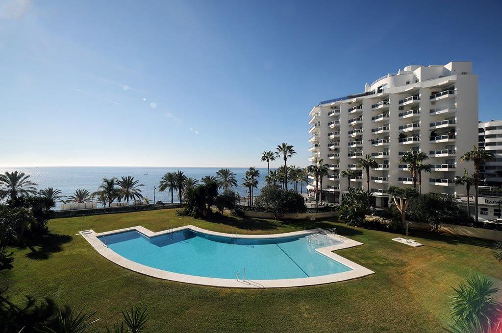 AP067 Espectacular piso de 2 dormitorios en primera línea de playa con vistas al mar en Marbella