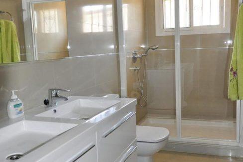 V030 Inmobiliaria Bobis Villa Primera linea de playa Las Chapas Marbella Baño