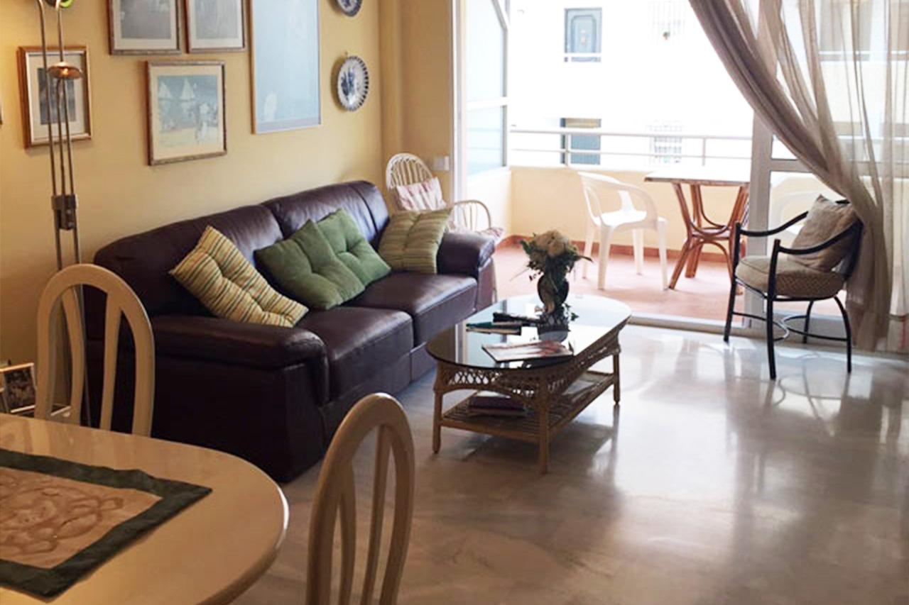 AP127 Céntrico piso de 3 habitaciones y dos baños a 2 minutos caminando de la playa La Fontanilla, en pleno Centro de Marbella. Con piscina y garaje.