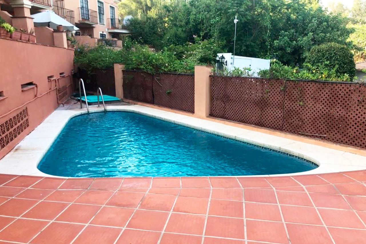 C147 Estupendo adosado muy cerca del Centro de Marbella a 10 minutos caminando de la playa en la Milla de Oro. Con 3 dormitorios y piscina comunitaria en urbanización.
