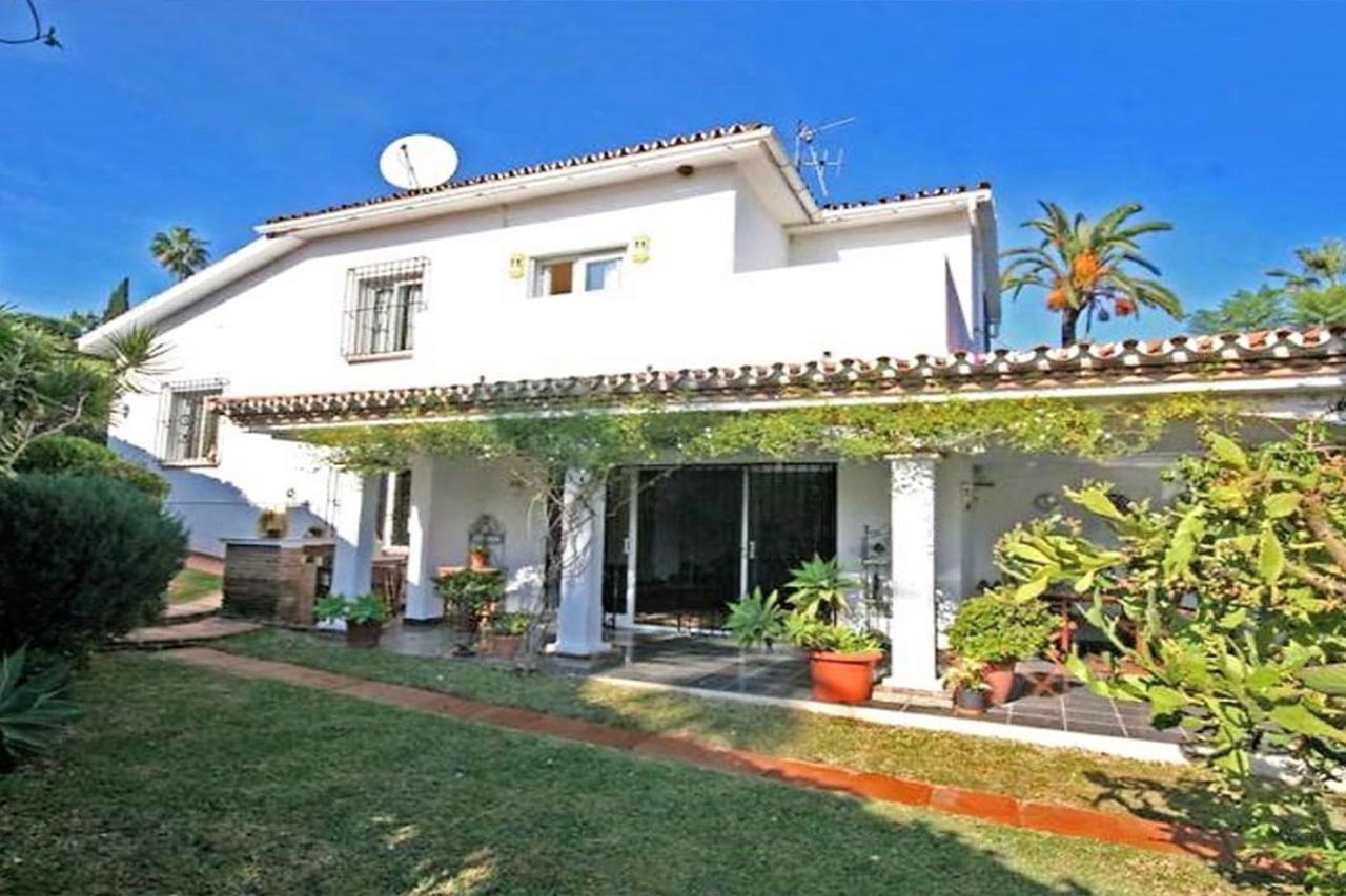 V188 Villa en Nueva Andalucía con jardín privado y 4 dormitorios.