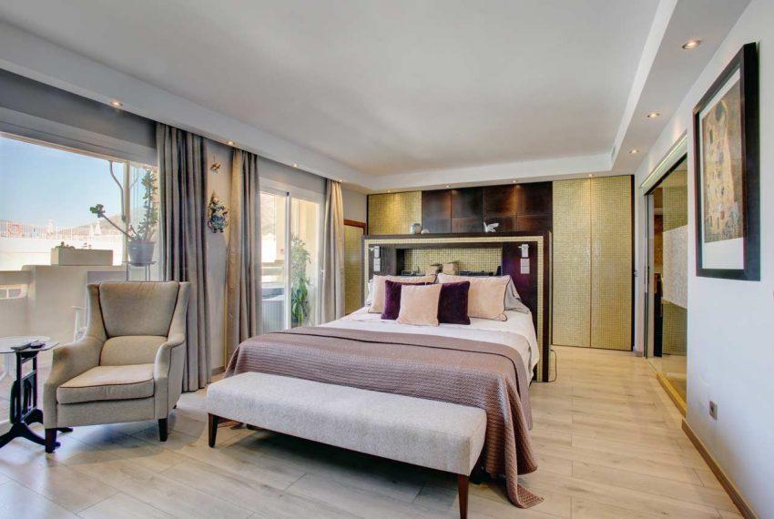 AT017 Inmobiliaria Bobis Ático Centro Marbella con vistas al mar dormitorio 1
