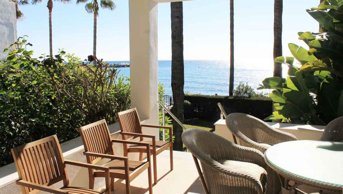 V029 Inmobiliaria Bobis Casa Centro Marbella Villa en primera linea de playa terraza 2