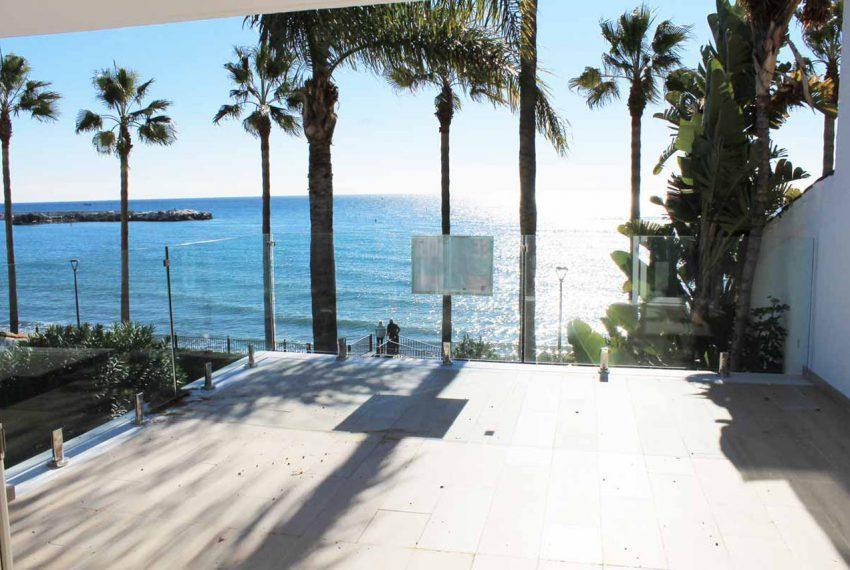 V029 Inmobiliaria Bobis Casa Centro Marbella Villa en primera linea de playa terraza 3
