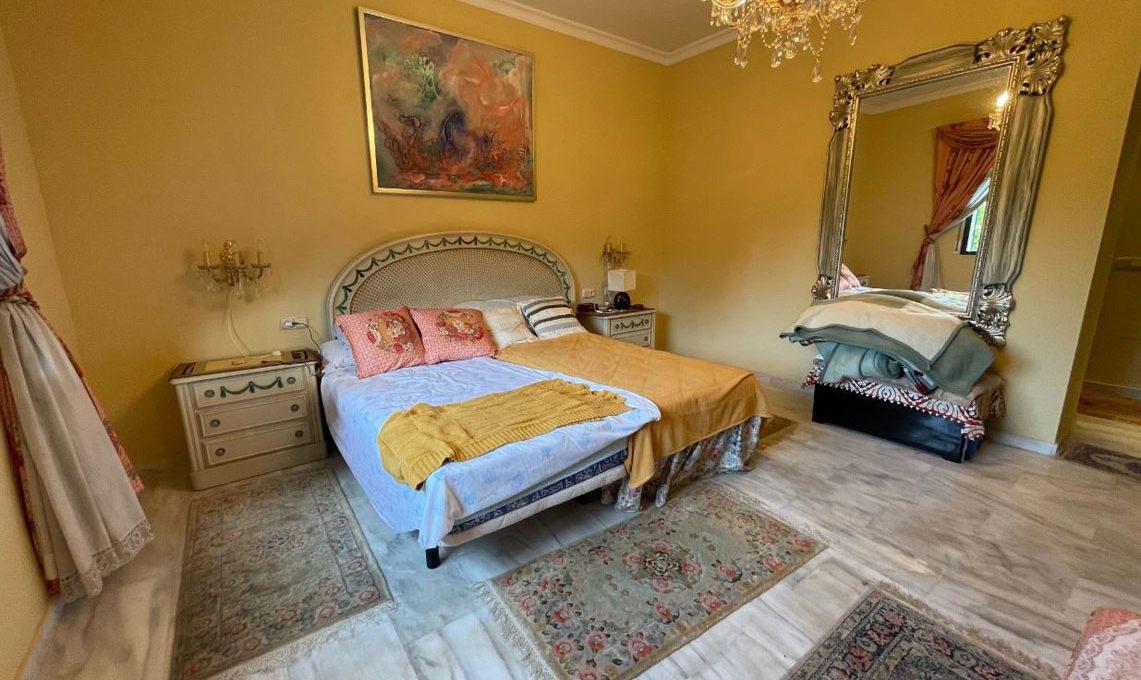 V221 Inmobiliaria Bobis Villa Nagueles Marbella dormitorio 1