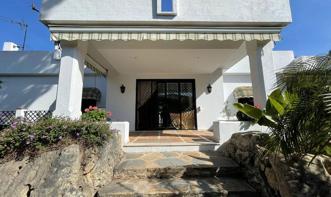V221 Inmobiliaria Bobis Villa Nagueles Marbella entrada
